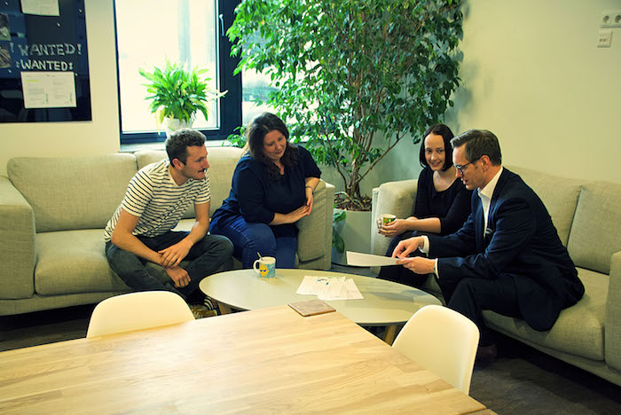 Neos IT Services, working environment, four employees in conversation